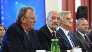 Dr inż. Wacław Berczyński, szef MON Antoni Macierewicz i prof. Kazimierz Nowaczyk