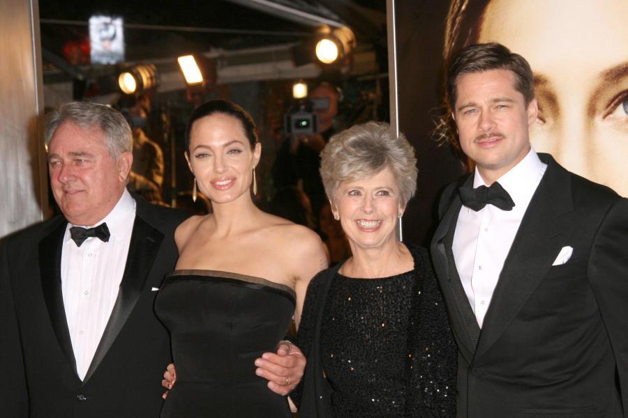 Angelina Jolie i Brad Pitt wraz z jego rodzicami