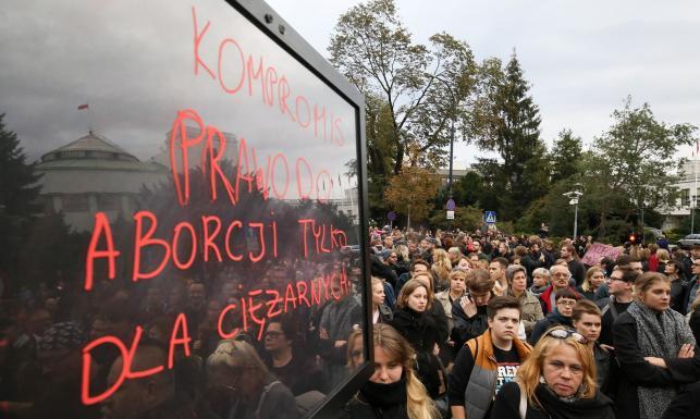 Zwolennicy i przeciwnicy aborcji przed Sejmem. Między manifestacjami kordon policji [ZDJĘCIA]