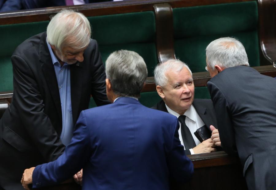 Posłowie Prawa i Sprawiedliwości - między innymi Ryszard Terlecki (L) i Jarosław Kaczyński (2P) podczas posiedzenia Sejmu