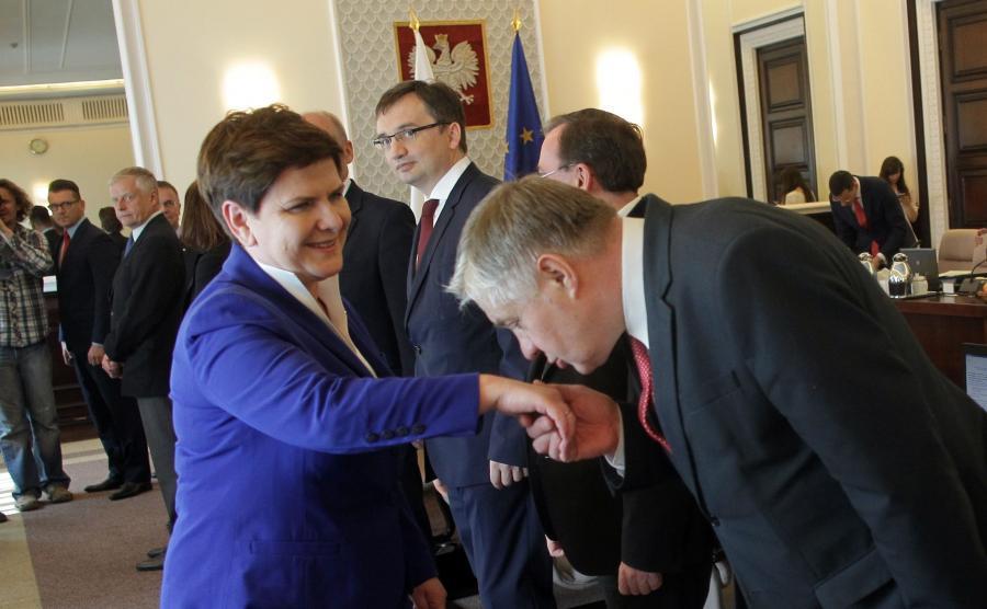 Minister rolnictwa Krzysztof Jurgiel całuje w dłoń premier Beatę Szydło