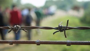 Drut kolczasty i uchodźcy