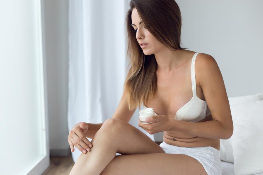 Kobieta balsamująca ciało