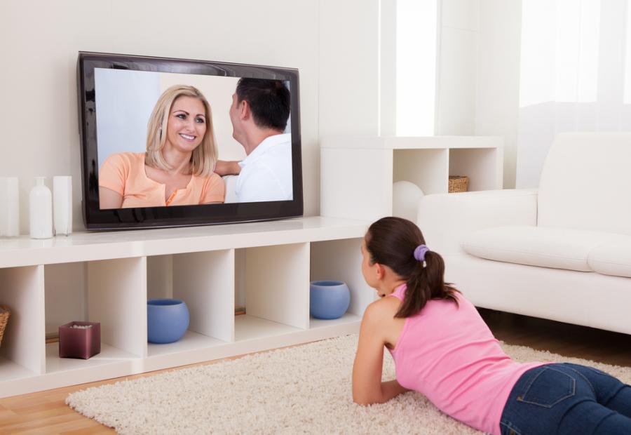 Kobieta oglądająca telewizję