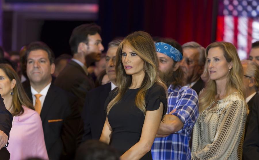Melania Trump przygląda się, jak jej mąż przemawia na konwencji wyborczej