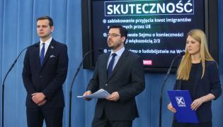 Wicemarszałek Sejmu z ramienia Kukiz'15 Stanisław Tyszka (C), sekretarz klubu Elżbieta Borowska (P) i poseł Jakub Kulesza (L)