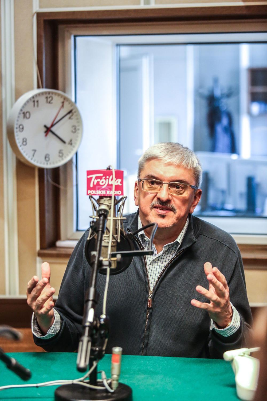 Marek Niedźwiedzki w studiu radiowej \