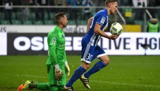 Pokonany bramkarz Legii Warszawa Arkadiusz Malarz (L) i piłkarz Wisły Płock Siergiej Kriwiec