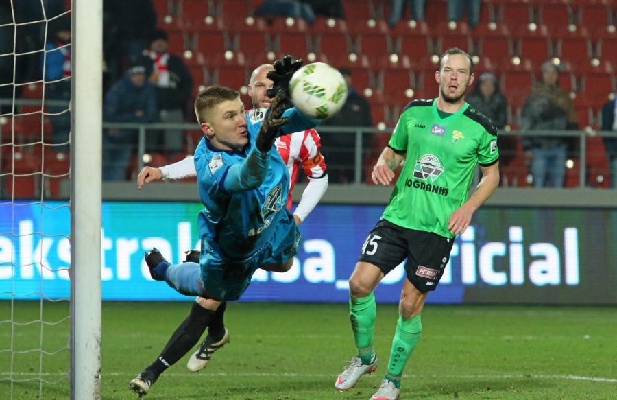 Piłkarz Górnika Łęczna Przemysław Petry (P) i bramkarz Wojciech Małecki (L)