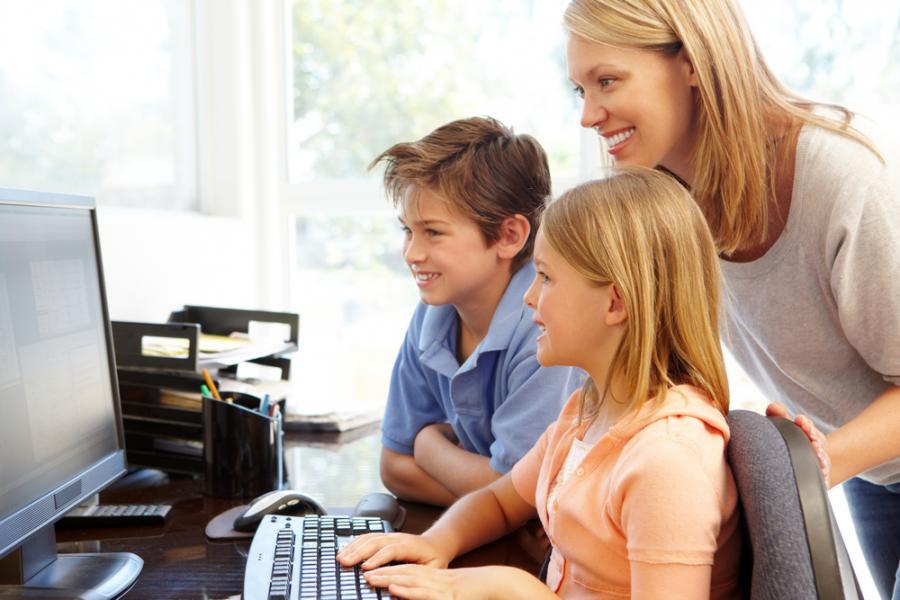 Kobieta z dziećmi w pracy