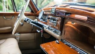 """Model 300, oznaczony wewnętrznym kodem W186, znany jest szerzej jako """"Adenauer"""" - od nazwiska kanclerza Niemiec, rządzącego w latach 1949-1963, który jeździł tym Mercedesem od samego początku jego produkcji"""