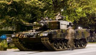 Polski czołg Leopard przed paradą na ulicy w Warszawie