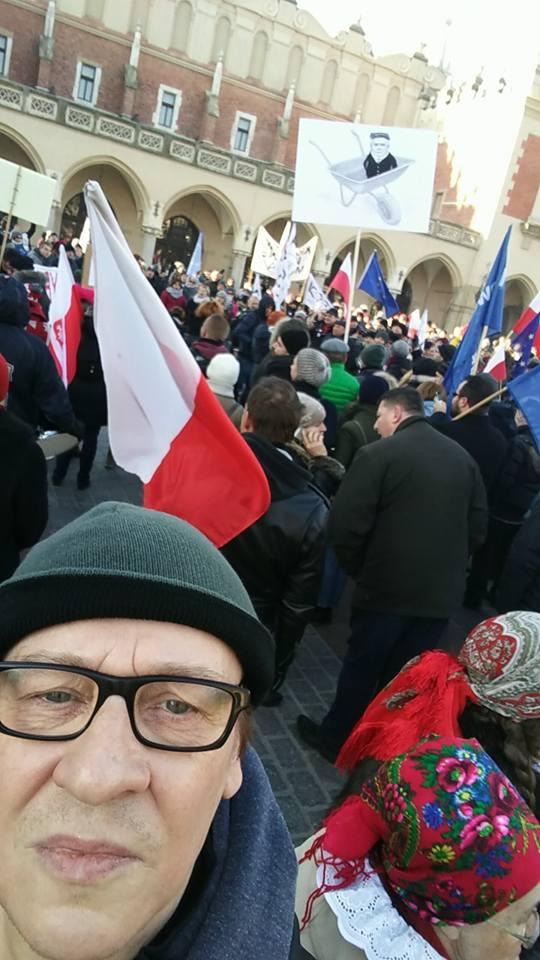 Maciej Maleńczuk na demonstracji KOD