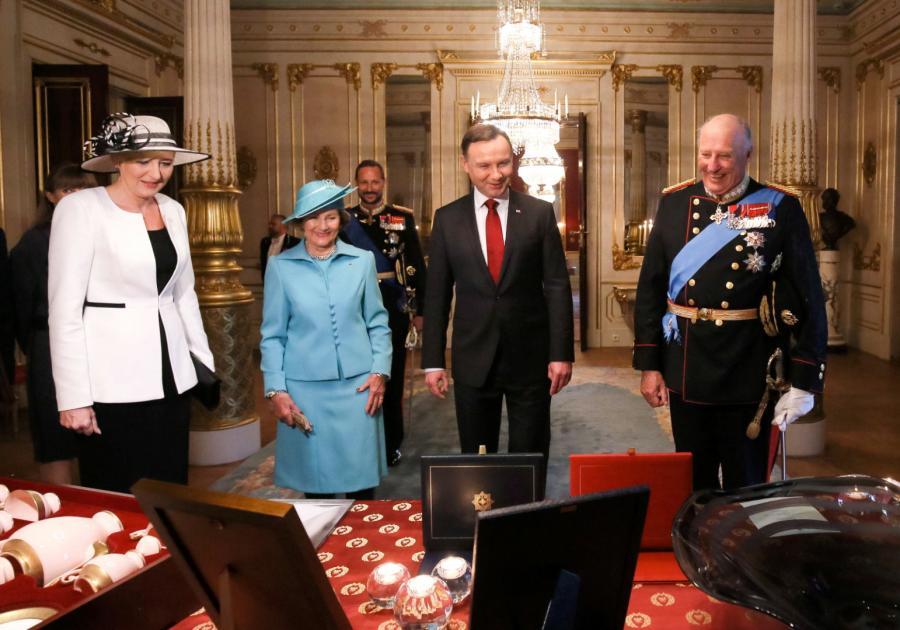Prezydent Andrzej Duda z żoną Agatą Kornhauser-Dudą,  król Norwegii Harald V (P) z królową Sonją