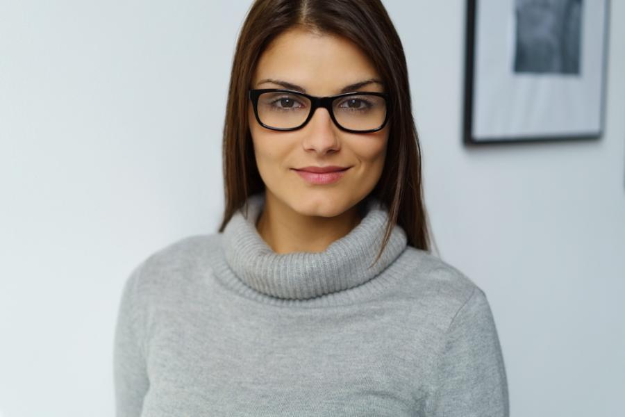 Kobieta w minimalistycznej stylizacji