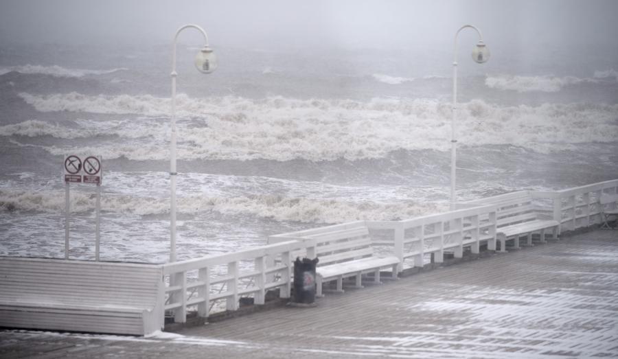 Fale na Zatoce Gdańskiej przy molo w Sopocie
