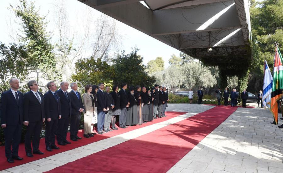 Andrzej Duda i prezydent Izraela Reuven Rivlin (w głębi) podczas ceremonii oficjalnego powitania na dziedzińcu prezydenckiej rezydencji w Jerozolimie