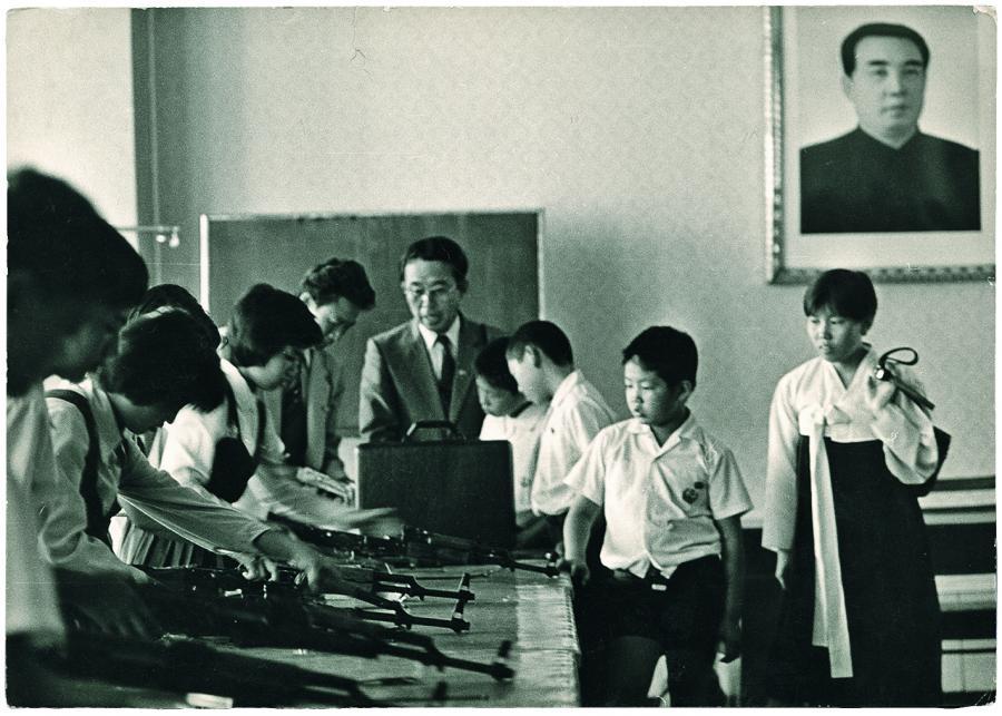 Defilada. Edukacja w Korei Północnej obejmuje zarówno grę na instrumentach, jak i posługiwanie się bronią