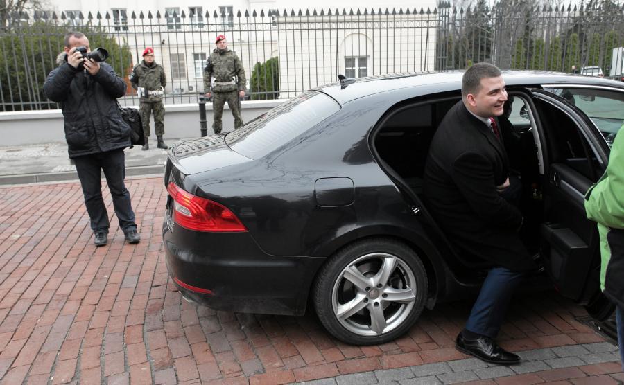 Rzecznik MON Bartłomiej Misiewicz wysiada z limuzyny przy budynkach MON przy ul. Klonowej w Warszawie