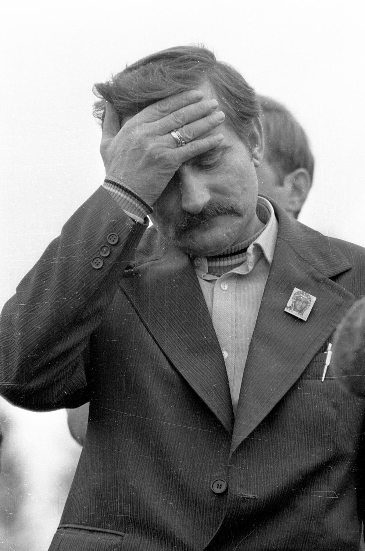 Na zdjęciu archiwalnym z dnia 24.09.1980 r. ówczesny przewodniczący Krajowej Komisji Porozumiewawczej Lech Wałęsa podczas wiecu i spotkania z pracownikami zakładów mechanicznych Ursus, po złożeniu w Sądzie Wojewódzkim wniosku o rejestrację Związku