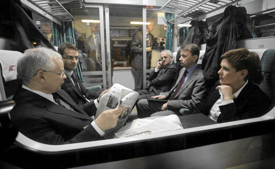 Beata Szydło wraz z Jarosławem Kaczyńskim i politykami PiS siedzą w pociągu