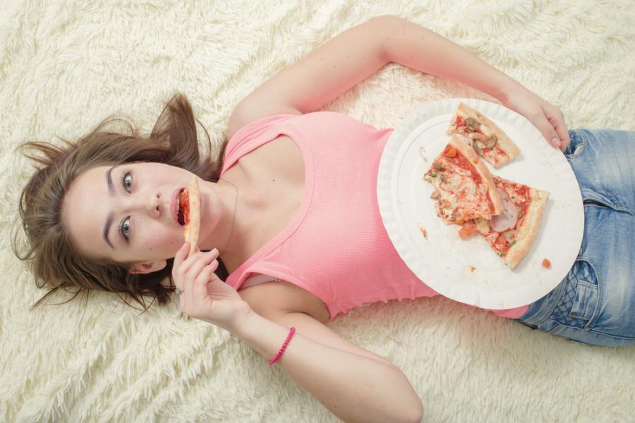 Kobieta jedząca pizzę