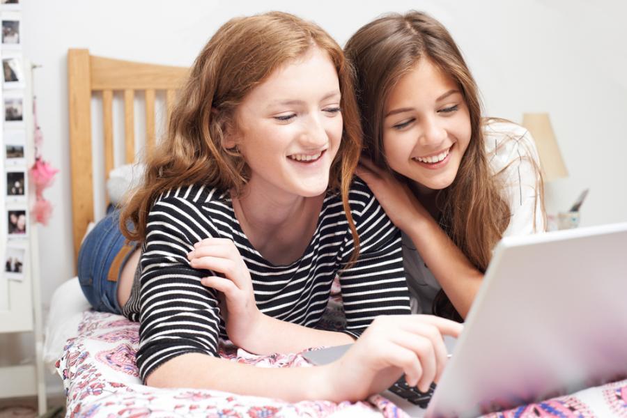 Nastolatki przy laptopie