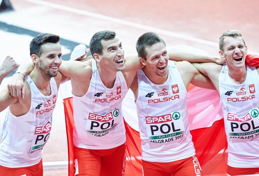 Łukasz Krawczuk, Rafał Omelko, Kacper Kozłowski i Przemysław Waściński na mecie biegu sztafetowego meżczyzn 4x400 m