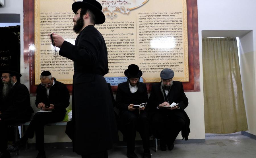 Żydzi przy grobie cadyka Elimelecha