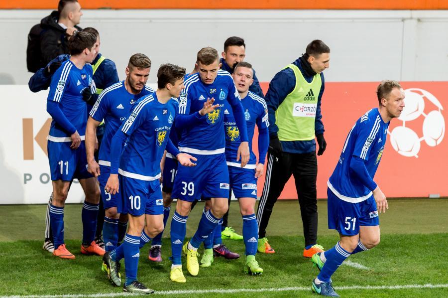 Piłkarze Ruchu Chorzów cieszą się z gola Jarosława Niezgody (#11) podczas meczu Ekstraklasy z KGHM Zagłębiem Lubin