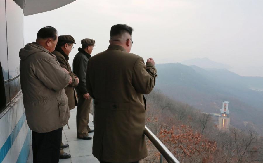 Kim Dzong Un obserwuje test nowego napędu rakietowego